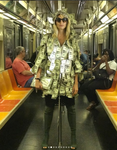 Модель Playboy потрясла прохожих платьем из денежных средств