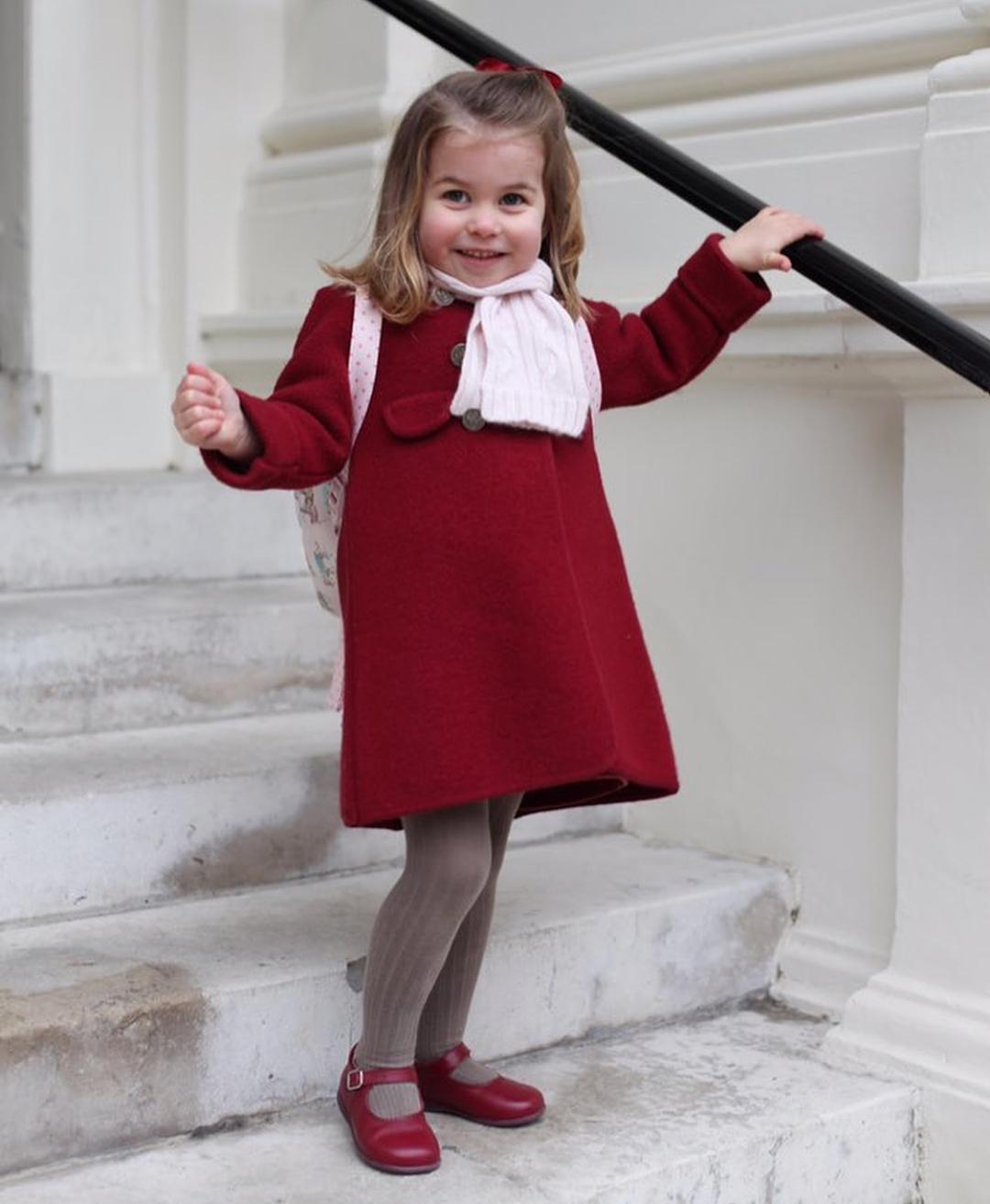 Принцесса Шарлотта пошла вдетский парк