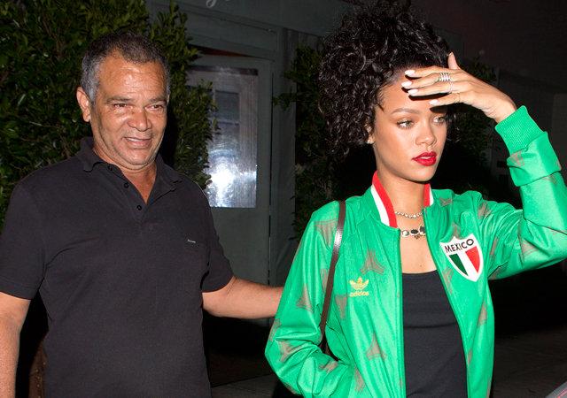 Обвинила вжажде наживы. Rihanna подала всуд насвоего отца