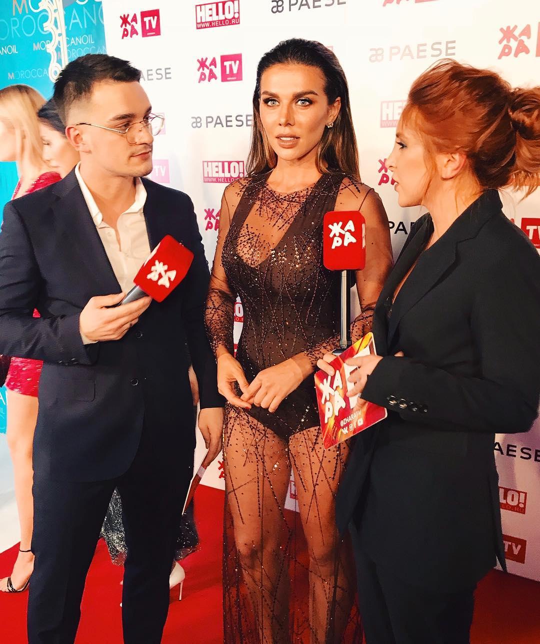 Анна Седокова появилась напублике вполупрозрачном одеяние