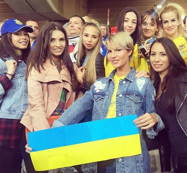 Жены футболистов наслаждаются поездкой в Париж и Сен-Тропе