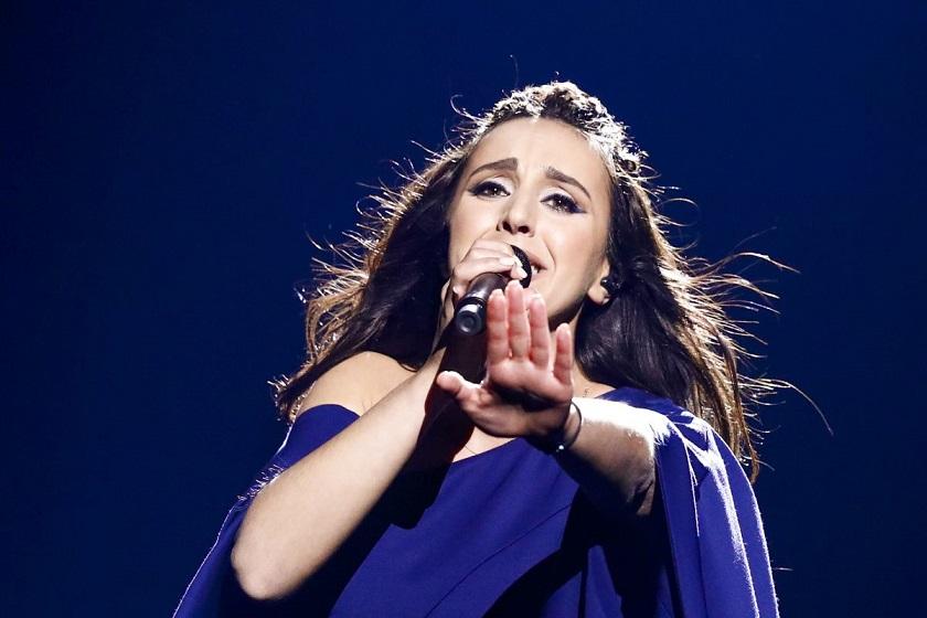Певица выступила в своеобразном туннеле с подвижными облаками