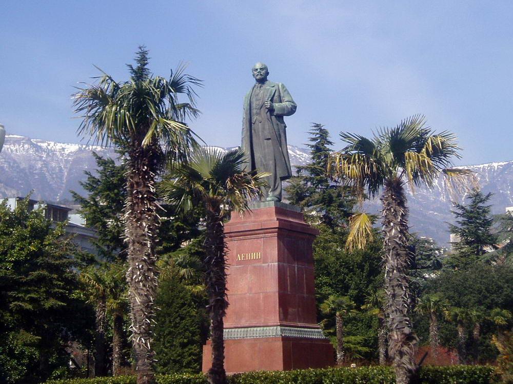 Памятник Ленина стал объектом эротической акции