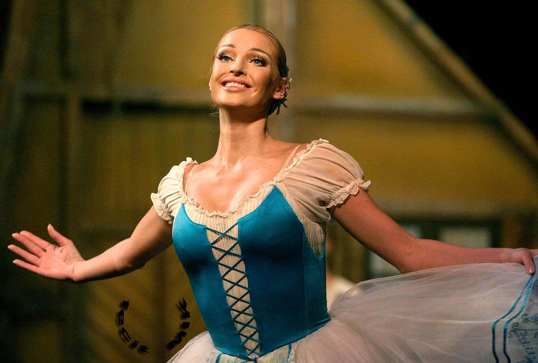 Российская балерина Анастасия Волочкова удивлена тем, что с нее смеются, а вот известная телеведущая и певица Регина Тодоренко всем нравится