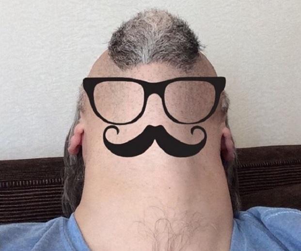 Блогеры фотографируют свои бороды снизу и украшают очками и рисунками