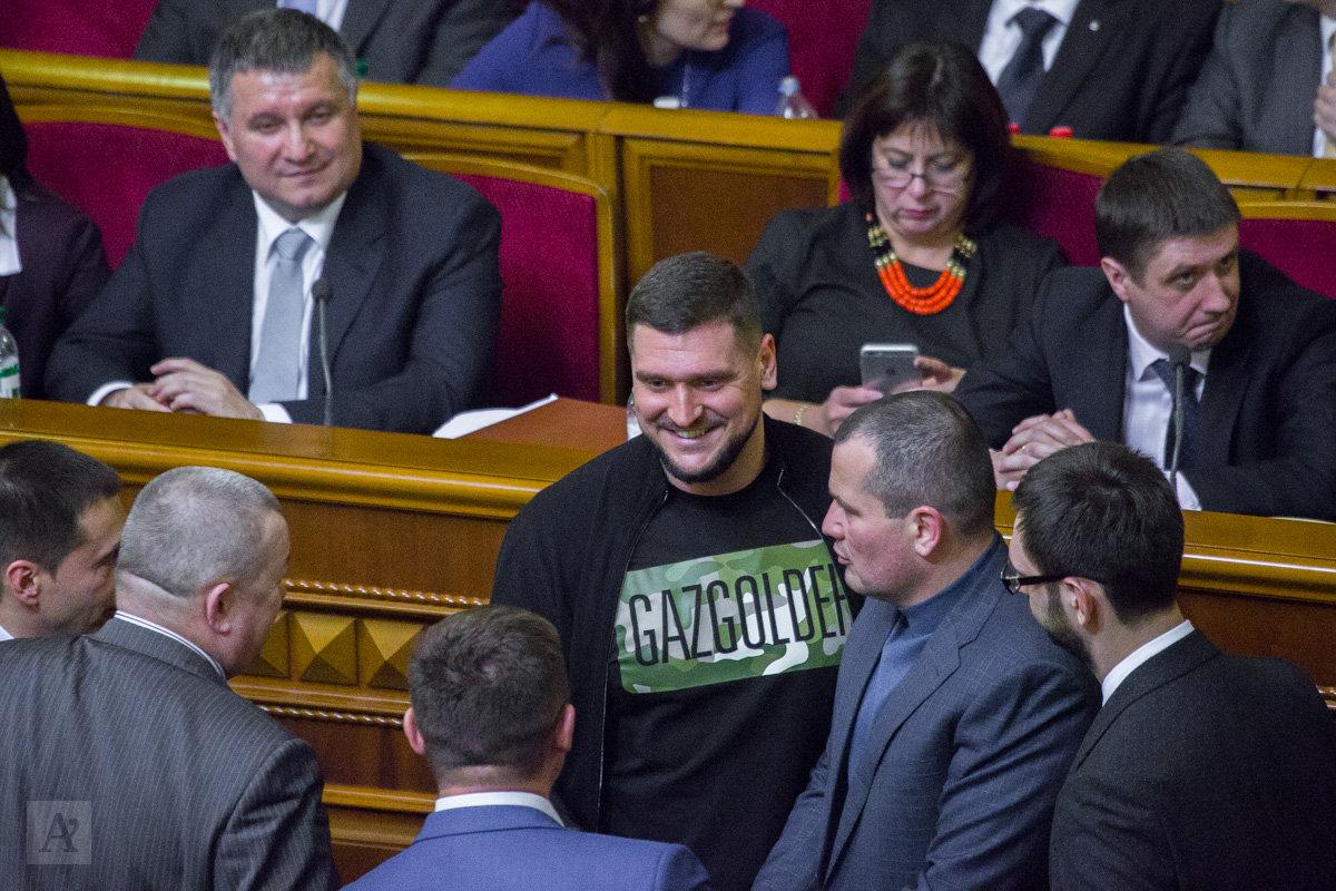 Нардеп Савченко пришел в Раду в одежде с логотипом российской компании
