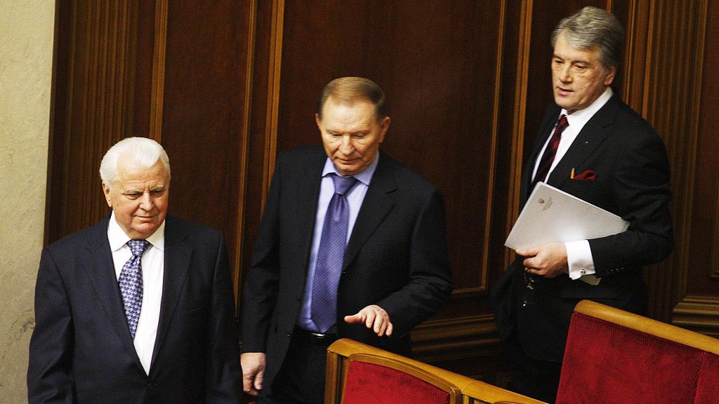 В сети продолжают смеяться из-за недовольных лиц Кравчука, Кучмы и Ющенко на параде в Киеве