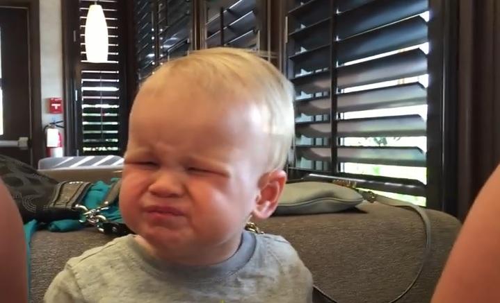 Маленький мальчик показал всю гамму эмоций из-за своеобразного вкуса клюквы