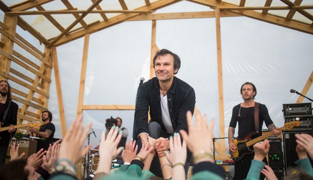 Святослав Вакарчук порадовал необычным концертом в дождливую погоду