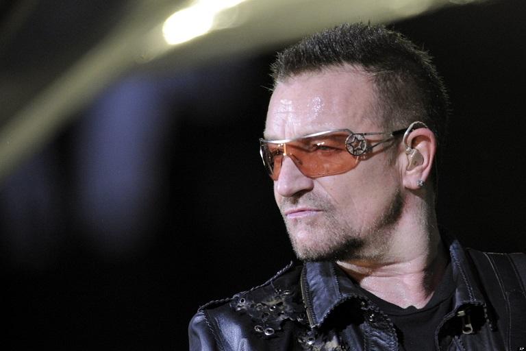 Вокалист U2 Боно намерен победить террористов смехом