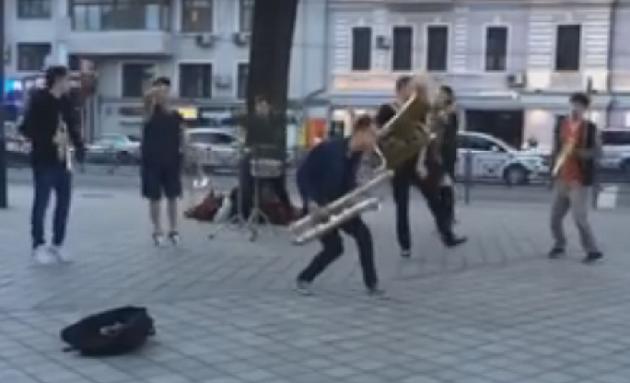 Уличные музыканты выступили, как мировые звезды