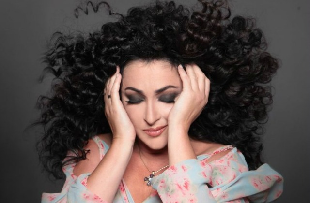 Лолита встранном парике удивила сходством сЭдитой Пьехой