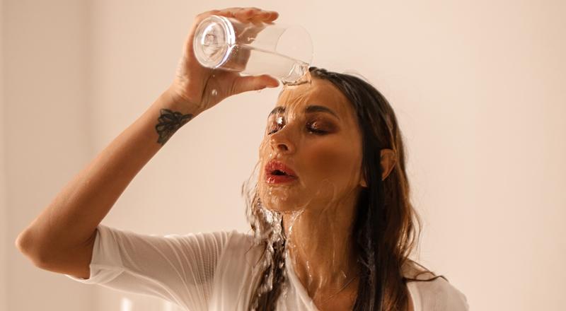 TAYANNA вновом клипе соблазнительно облилась водой изатанцевала настекле