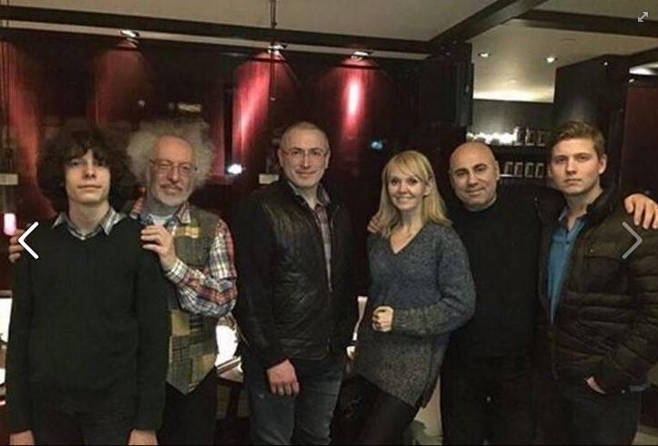 Певицу осуждают за фото с Ходорковским