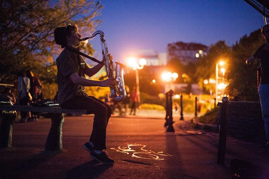 Музыканты исполнили зажигательные мировые хиты вживую в центре столицы