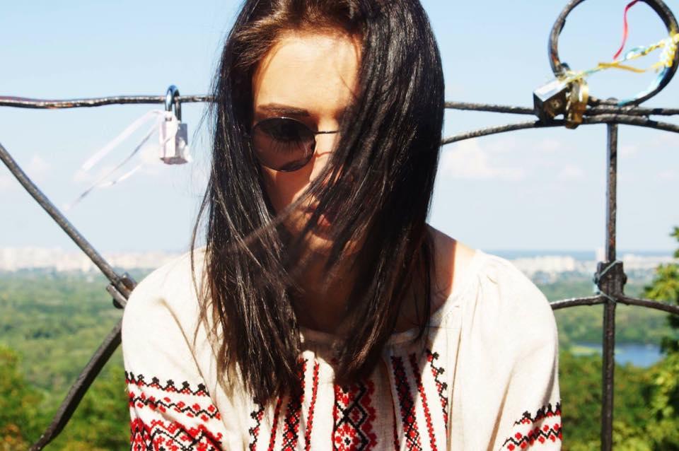 Анастасия Приходько прогулялась улицами столицы в платье-вышиванке