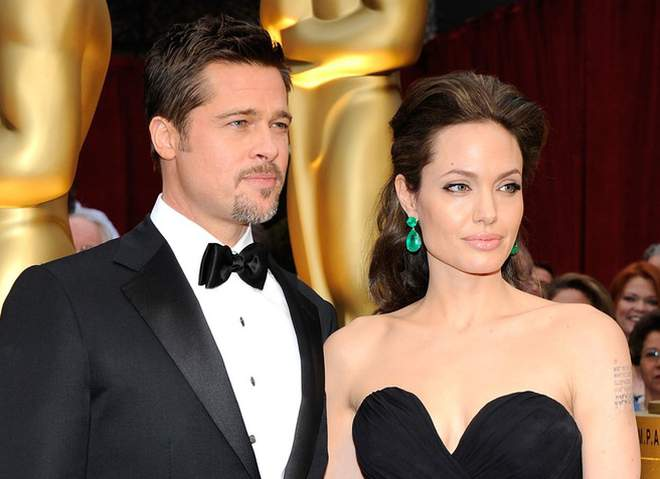 Рекламщики креативно подошли к своей работе, изобразив Джоли и Питта на гранитных памятниках