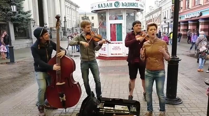 В России девушка якобы сымпровизировала с уличными музыкантами