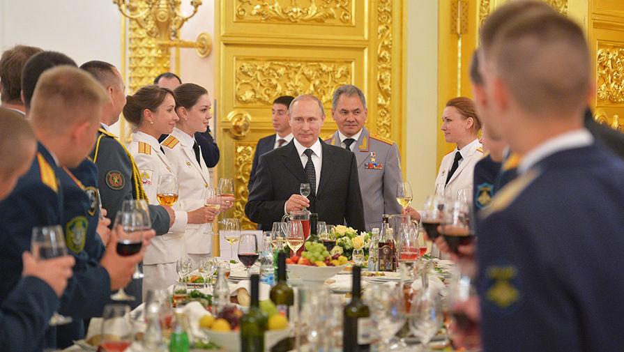 Глава РФ позировал с выпускницами вузов Минобороны