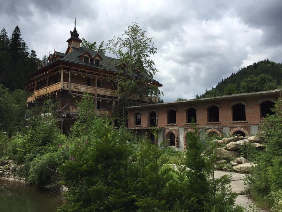 В сети возмущены тем, что третий президент Украины строил свое поместье на территории заповедных гор