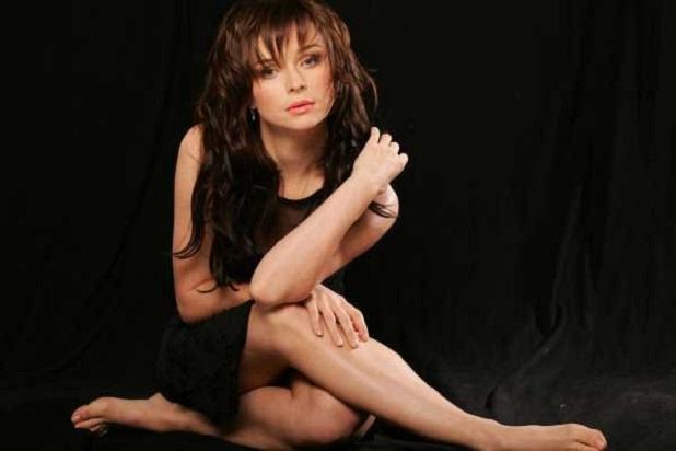 Татьяна Недельская искупалась в бассейне и ходила по столу на собственном дне рождения