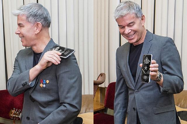 Олег Газманов принял в подарок смартфон и назвал его вражеским