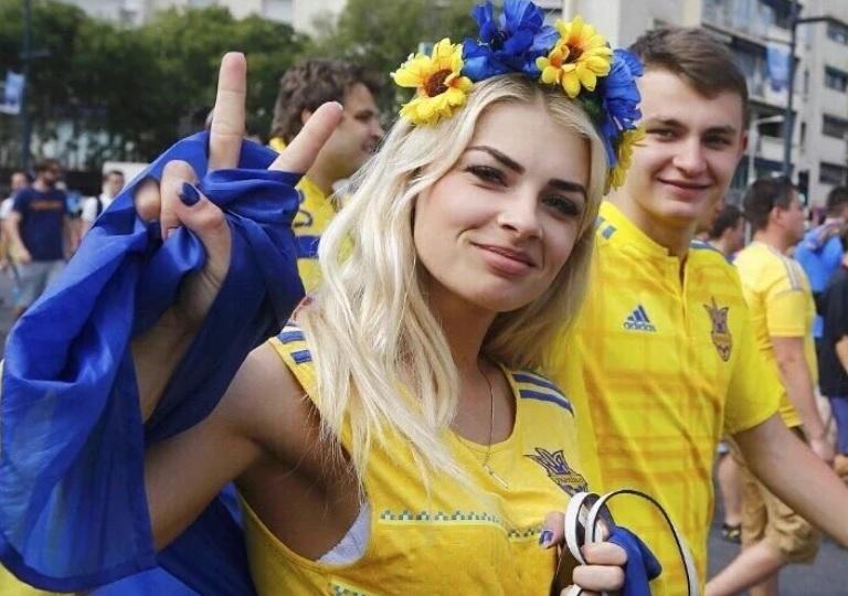 Эффектная блондинка засветилась на матче с Польшей