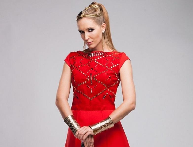 Известная украинская телеведущая Катя Осадчая продемонстрировала округлившийся животик в модном наряде