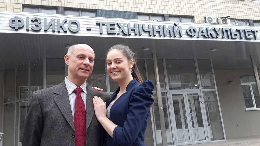 57-летний преподаватель женился на 18-летней студентке
