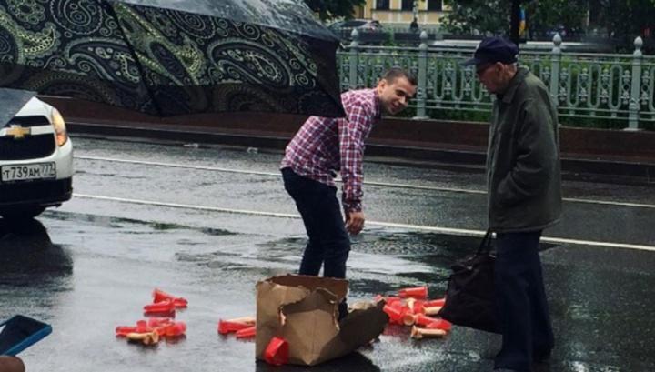 Водитель в центре Москвы потерял коробку с фаллоимитаторами